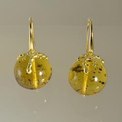 Orecchini in oro e sfere d'ambra